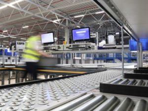 Mitarbeiter Schäflein kommissioniert im Onlineshop bestellte Waren bereitet sie für Versand vor